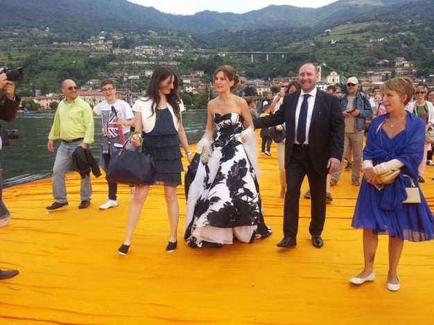 Un corteo nuziale senza precedenti: Antonello e Mariafrancesca sul The Floating Piers